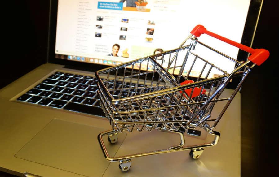 Дали заштедуваме или трошиме повеќе од онлајн шопинг?