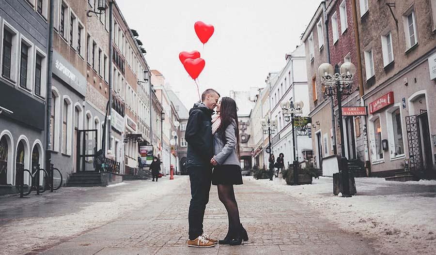 9 идеи за романтично изненадување за НЕГО